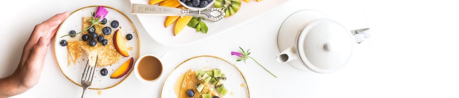 Frühstück mit Bio-Früchten, Kiwi, Orangen