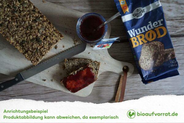 Bauckhof Wunderbrot auf Brettchen mit Marmelade