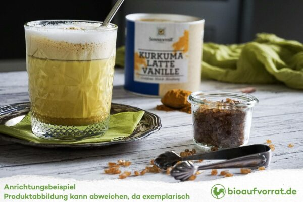 Sonnentor Kurkuma Latte Vanille angerichtet im Glas mit Kandiszucker
