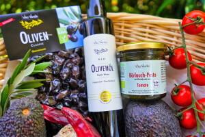 Olivenöl und Pesto von Vita Verde in Korb zusammen mit Oliven