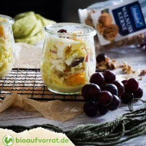 Spitzkohl-Salat im Glas, angerichtet mit roten Trauben und Walnüssen von bioladen