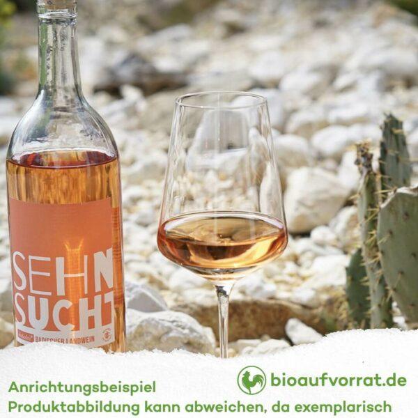 bioladen badischer Landwein draußen im Weinglas