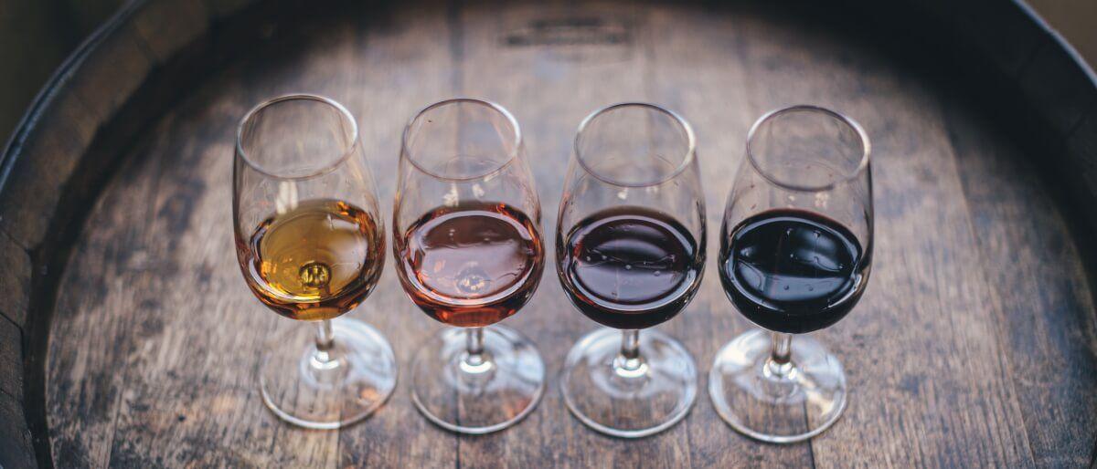 Bio-Weine in Gläsern auf einem Holzfass