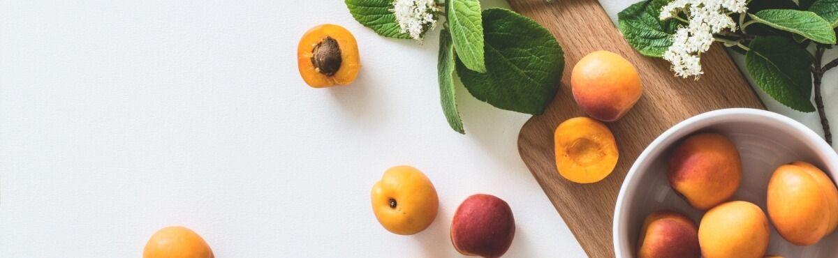 Nektarine in Schale auf Holzbretchen - Sind Bio-Lebensmittel gesünder?